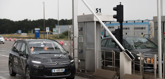 PSA and Vinci demonstrate AV passing through toll gate at cruising speed